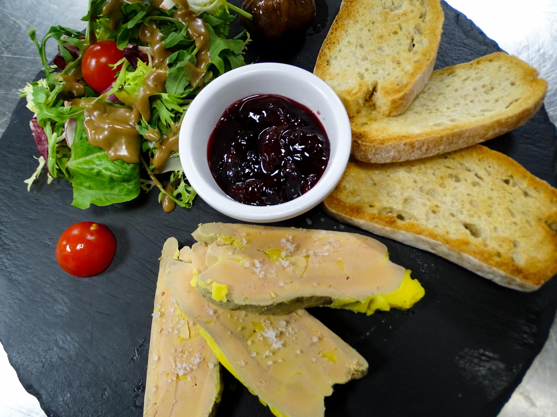 Assiette de foie gras, pains et salade