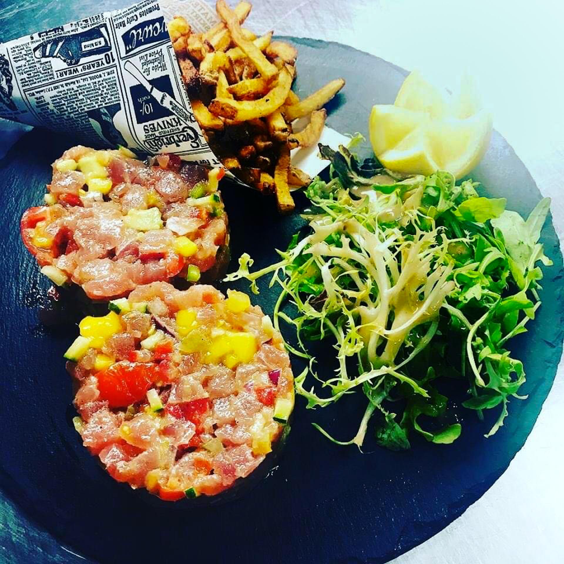 Tartare de poisson, frite et salade