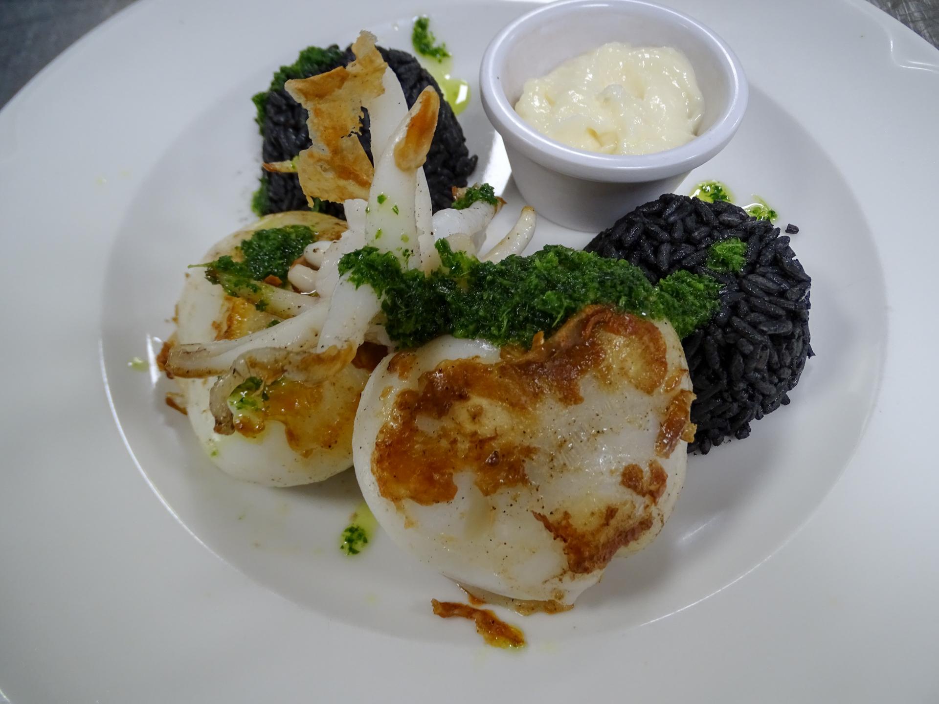 assiette de seiches et riz noir